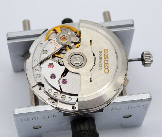 Seiko 8305 winder side